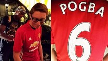 Pogba autografió una camiseta del Manchester United que tenía su nombre