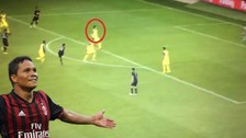 Carlos Bacca provocó un autogol al tirarle un pelotazo en la cara a un rival