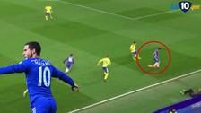 Hazard marcó un golazo para el Chelsea tras lujo de 'taco' de Pedro