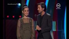Diego Luna y Julieta Venegas dicen que los latinos juntos somos más fuertes que la discriminación. #GrammyLatinos