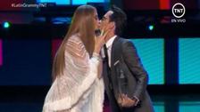 ¡On fire! Marc Anthony y JLo le cumplieron el capricho al público y se dieron un beso