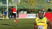 Usain Bolt hizo de delantero y definió así en dos claras ocasiones de gol