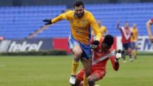 Gignac anotó un golazo tras llevarse a Pedro Gallese