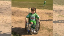 Niño que está en silla de ruedas sueña con ser futbolista