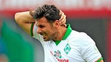 Claudio Pizarro aprovechó un rebote, disparó al arco pero el palo evitó su gol