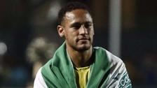 Neymar se colgó la bandera de Chapecoense durante partido benéfico