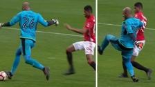 Marcus Rashford anotó un gol tras un terrible blooper del arquero