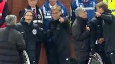 El fuerte enfrentamiento entre Mourinho y Kloop en el clásico de Inglaterra