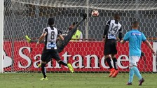Las dos súper atajadas del arquero de Santos ante Sporting Cristal