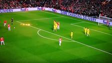 Ibrahimovic 'tumbó' a jugador de Rostov con potente disparo de tiro libre