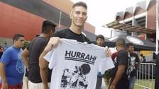 Luchador vende sus propios polos en Imperio Lucha Libre