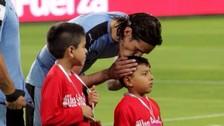 Edinson Cavani y el beso a niño peruano que conmueve a toda Sudamérica
