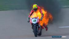 Impactante incendio de un motociclista del Mundial de Superbikes