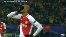 Fabinho definió totalmente desviado y falló un penal ante Dortmund