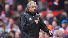 Con el escudo del United: José Mourinho y la 'traición' a hinchas del Chelsea