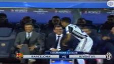 Dani Alves saludó a la banca de Barcelona con el juego iniciado