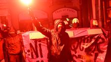 Cientos de franceses protestan en París contra el duelo Macron-Le Pen