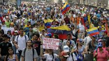 Miles de opositores realizan un plantón contra Maduro en Venezuela