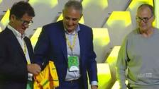 Marcelo Bielsa se negó posar con la camiseta de Brasil