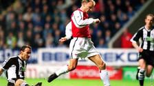Revive el mejor gol de Dennis Bergkamp en su cumpleaños 48