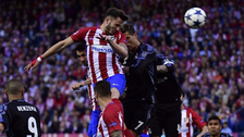 Saúl Ñíguez le ganó a Cristiano Ronaldo y marcó de cabeza