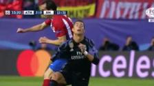 Cristiano Ronaldo recibió artero codazo de Diego Godín