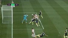 Peter Crouch imitó a Maradona y anotó un gol con la mano