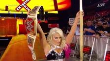 Alexa Bliss utilizó palo de kendo  y retuvo el título femenino