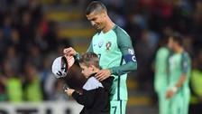 Cristiano Ronaldo tuvo noble gesto con niño en el Portugal - Letonia