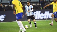 Messi recibió fuerte golpe en la espalda en el Argentina vs. Brasil