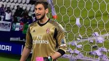 Video   Hinchas del AC Milan tiraron billetes falsos a Donnarumma en pleno partido