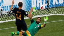 Australia sorprendió y anotó el primer gol tras error en salida de Chile