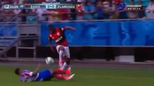 Vinicius se lució con un regate inesperado para dejar en el suelo a su rival
