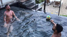 Lionel Messi y Luis Suárez se enfrentaron en reto de la piscina