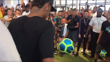 Neymar dio clases de freestyle en centro comercial de Miami