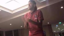 Neymar se presentó ante sus nuevos compañeros cantando una samba