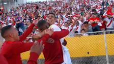 El emocionante festejo de Paolo Hurtado con los hinchas en el Atahualpa