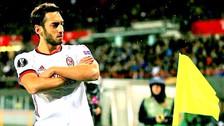 Hakan Calhanoglu anotó un golazo para el Milan en la Europa League
