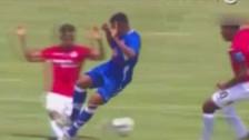 Jorge Bazán casi le rompe la pierna a Willy Rivas con esta entrada