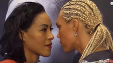 YouTube | Boxeadora besó en la boca a su rival en pleno careo