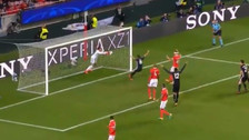 El increíble blooper del arquero del Benfica para el gol del Manchester United