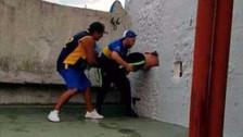 Hincha de Boca Juniors quiso colarse en la Bombonera y terminó atorado