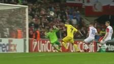 Solo frente al arco: el fallo de Carlos Bacca en la Europa League