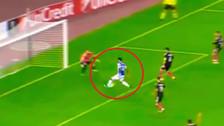 Jugador de Real Sociedad hizo un blooper y se perdió un gol debajo del arco