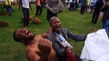 Las calles de Zimbabue celebran con euforia la dimisión de Robert Mugabe