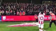 Hinchas del Aalborg corearon el nombre de Edison Flores tras anotar un golazo