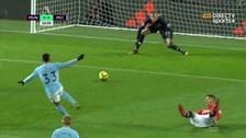 Como Messi a Boateng: Gabriel Jesus dejó sentado a Marcos Rojo
