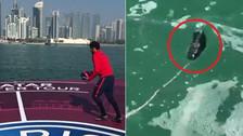 Neymar dio una patada a un balón junto al mar y perdió una zapatilla