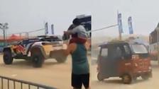 Mototaxi pasó detrás del vehículo de Stéphane Peterhansel en el Dakar 2018