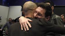 El adiós a un amigo: el emotivo abrazo de Messi a Mascherano